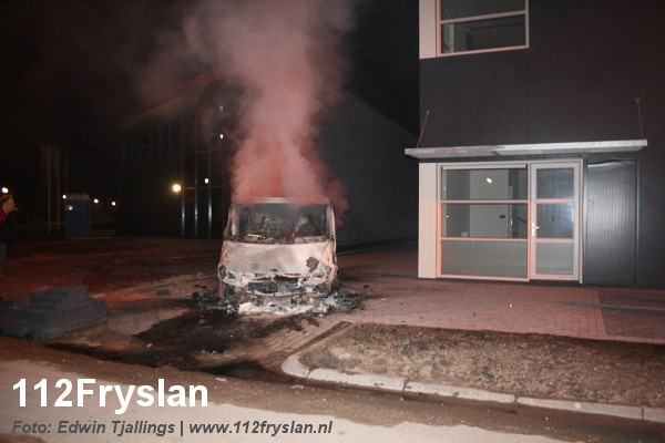 Bestelbus uitgebrand op businesspark (Foto en Video Update)