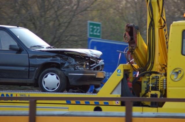 Auto botst tegen vangrail op de A7