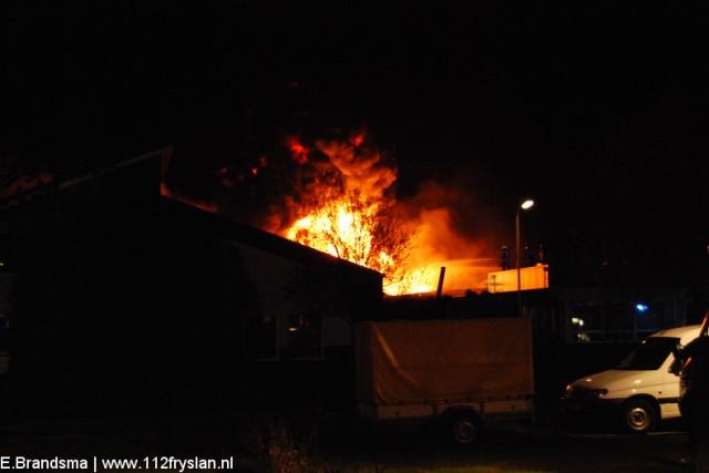 Zeer grote brand verwoest bedrijf in Haulerwijk