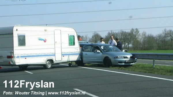 Auto met caravan geschaard op Waldwei