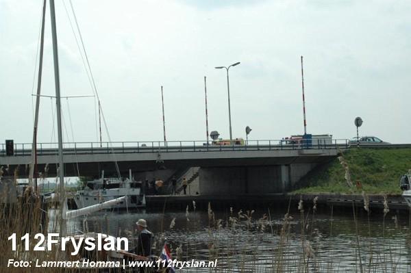 Boot vaart tegen brug: 1 gewonde