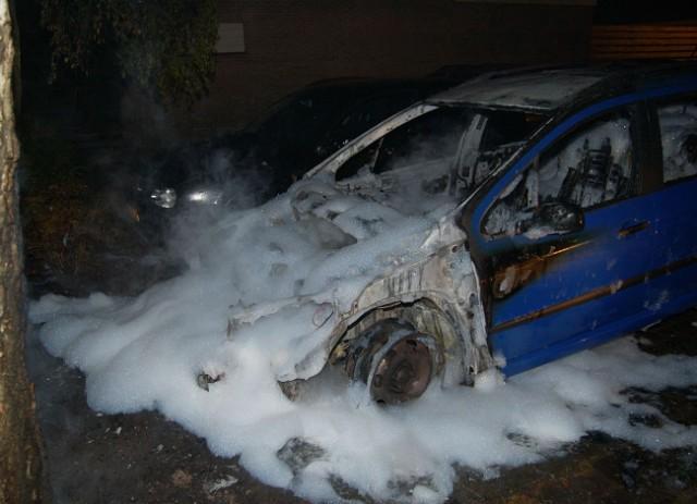 Twee auto's in brand Drachten