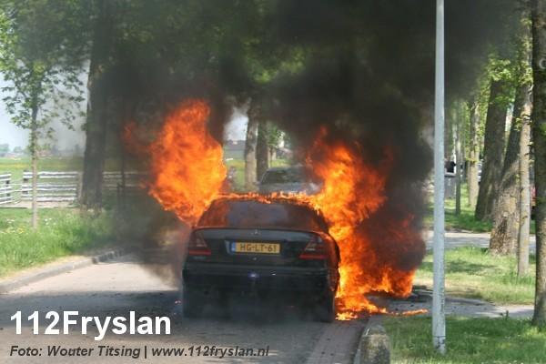 Auto valt ten prooi aan vlammenzee (video)