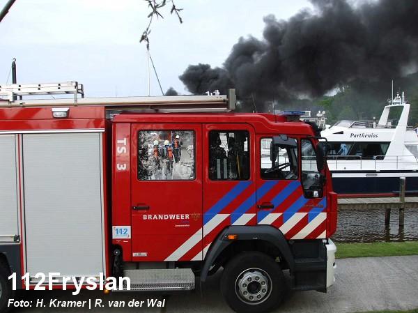 Boot brandt uit in jachthaven (foto update)