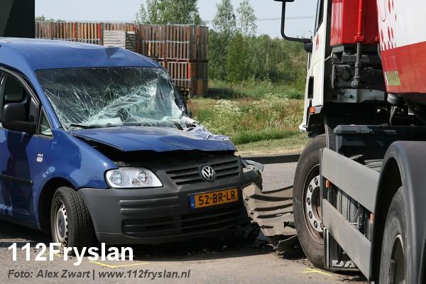 Vrachtwagen botst met auto (video)