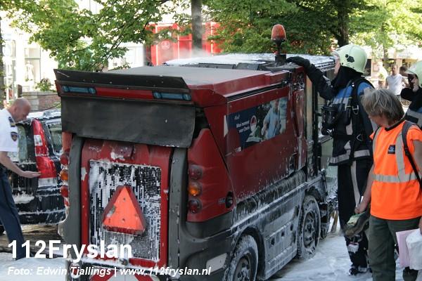 Veegauto brandt volledig uit *FILM*