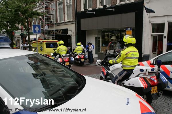 Schilder valt van steiger in Leeuwarder binnenstad