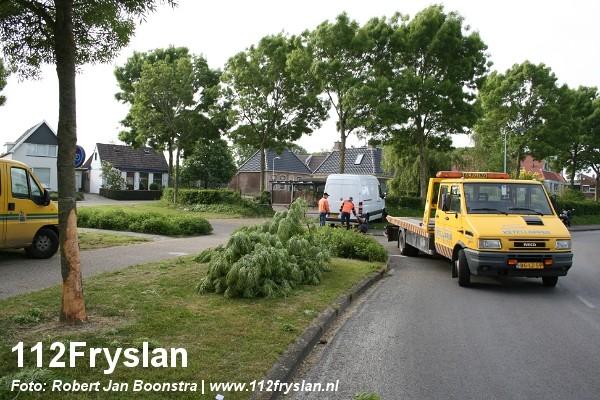Ongeval tussen bestelbus en bomen