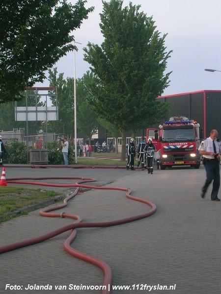 Middelbrand door container naast bedrijf (VIDEO)