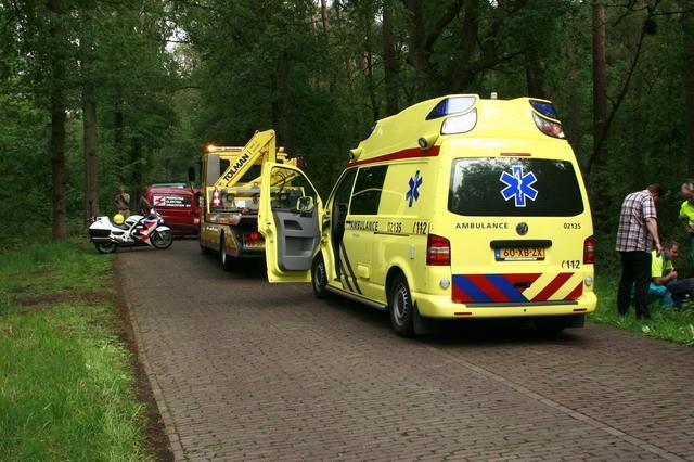 Auto tegen boom in Beetsterzwaag.