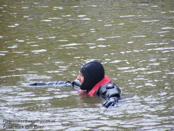 Duikers halen paal bovenwater