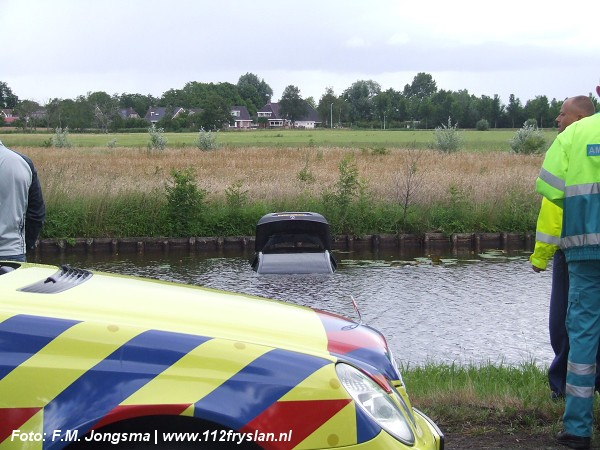 Auto belandt in trekvaart na stuurcorrectie