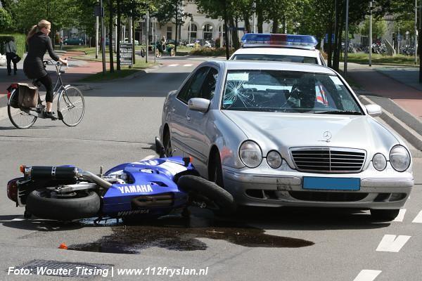 Motorrijder gewond bij aanrijding (video)