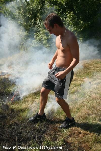 Groot stuk gras in brand