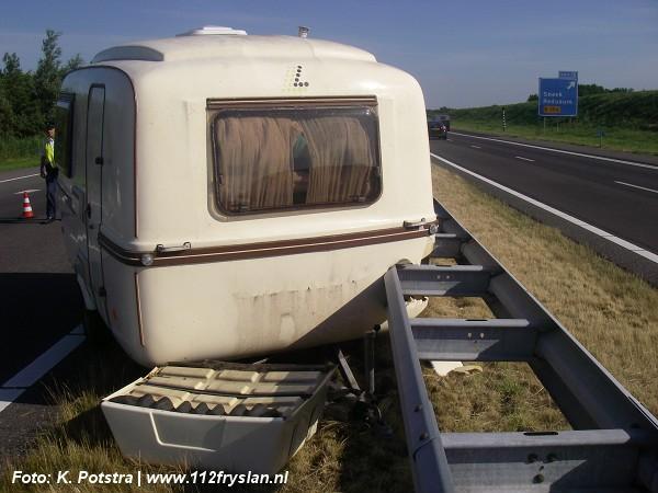 Caravan schiet achter auto weg