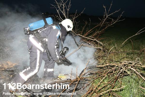Brandweer blust afvalbrand Akkrum.