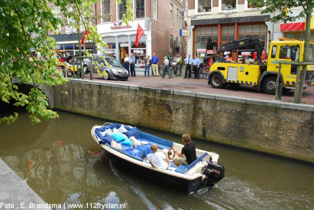 Auto rijd stadsgracht in