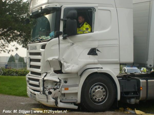 3 gewonden bij aanrijding tussen vrachtwagen en bestelbus