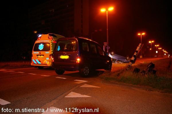 auto op de kop na eenzijdig ongeval