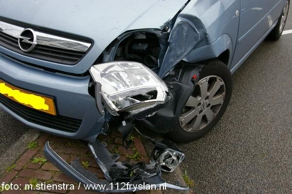 Automobilist ziet lantarenpaal over hoofd