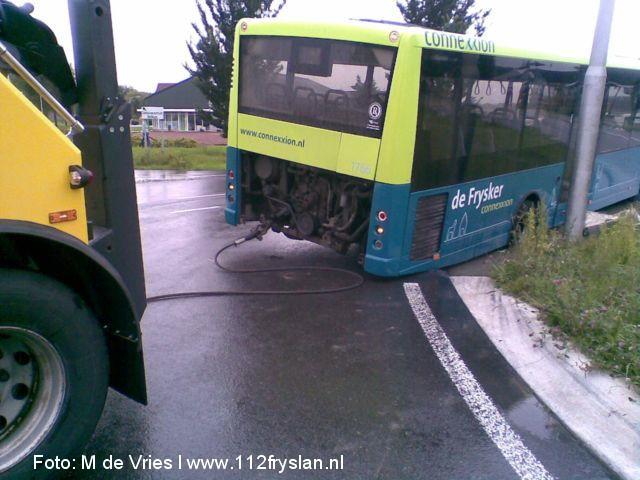 Lijnbus vast op rotonde