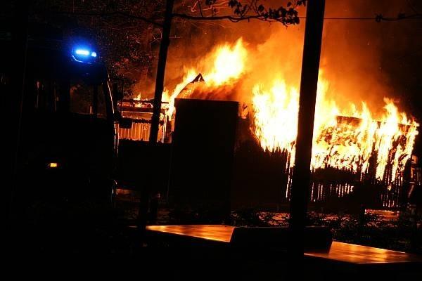 Schuur bij schoolgebouw afgebrand