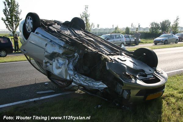 Ravage en auto over de kop bij ongeval