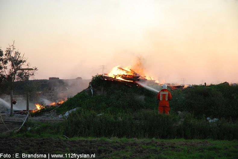 Bouwafval van nieuwe loods in brand