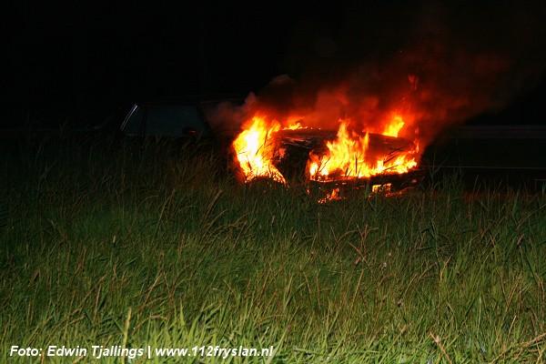 Oude amerikaanse auto verwoest door brand