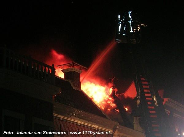 Uitslaande brand boven cafe Sneek (video)