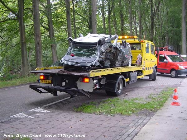 Auto tegen boom na aanrijding