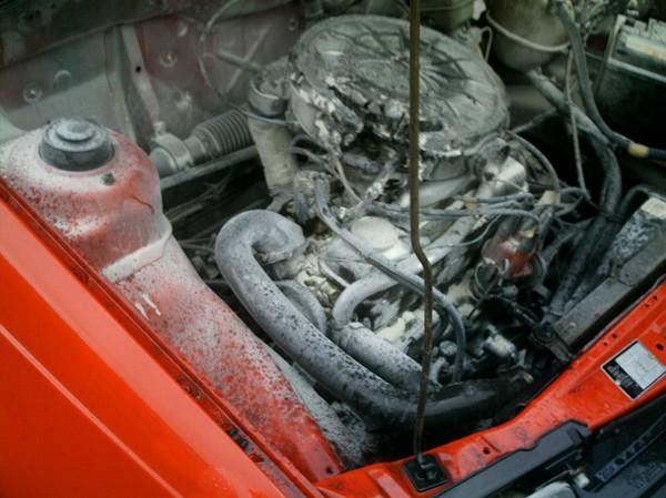 Omstanders blussen autobrand