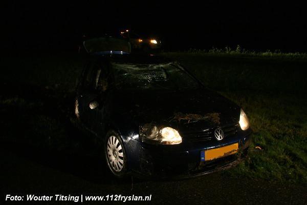 Auto belandt op de kop naast A31