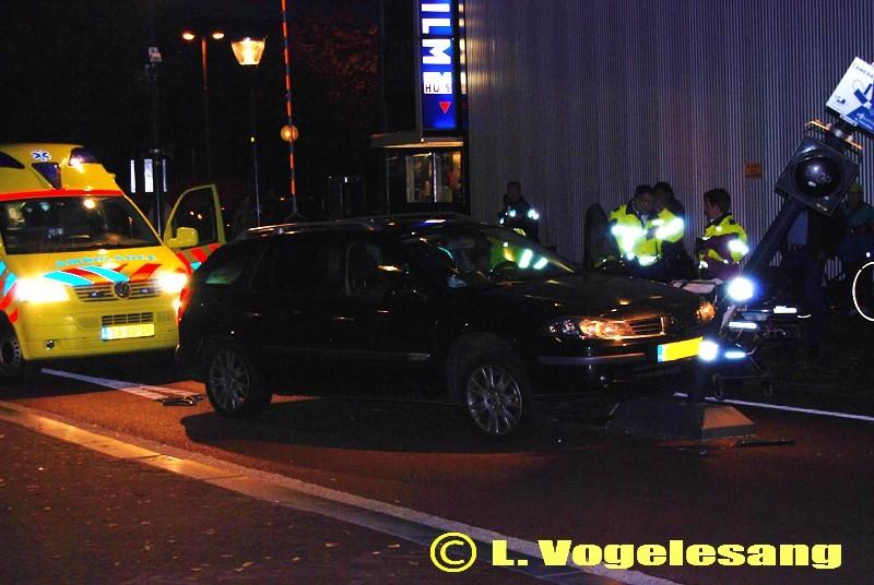 Opnieuw auto op beweegbare paal, bestuurster gewond