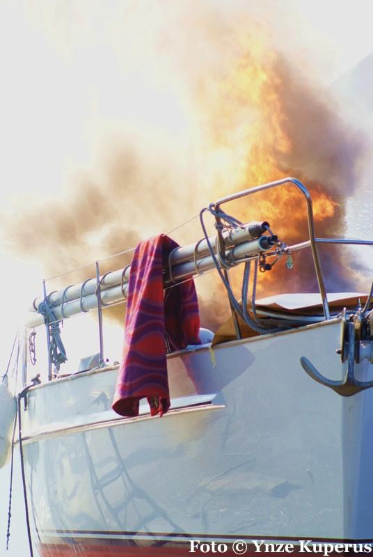 Jacht in brand bij werf