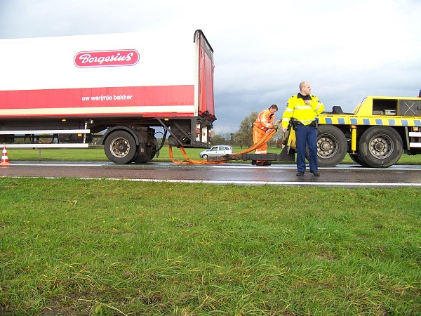 Vrachtwagen vast in berm na uitwijken voor ongeval