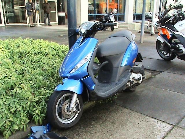 Scooter rijd in op zijkant bestelbus