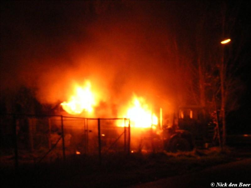 Auto's in brand bij sloopbedrijf