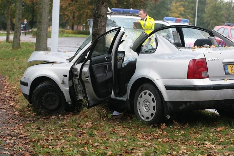 Vrouw bekneld in auto
