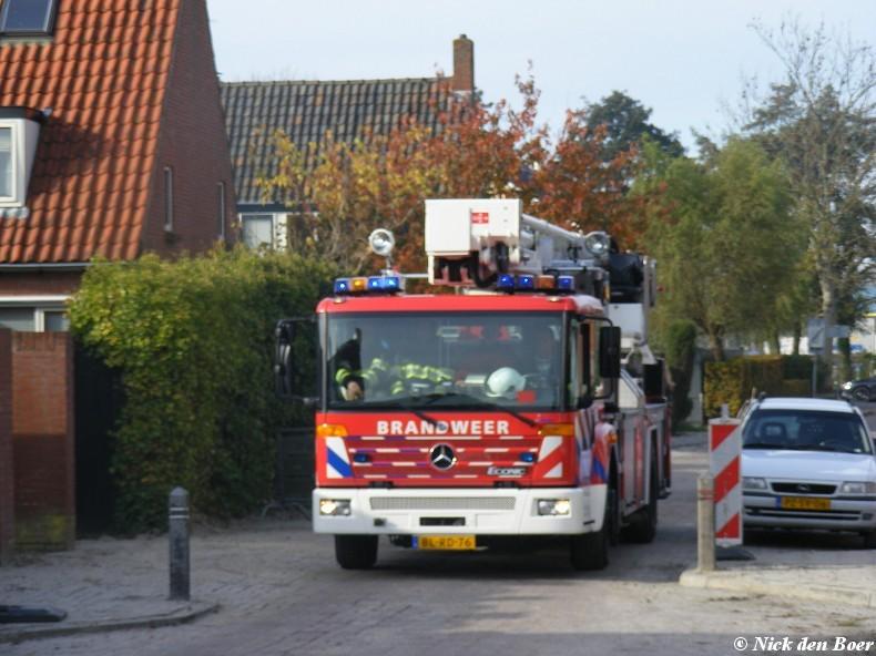 Brandweer rukt uit voor schoorsteenbrand.
