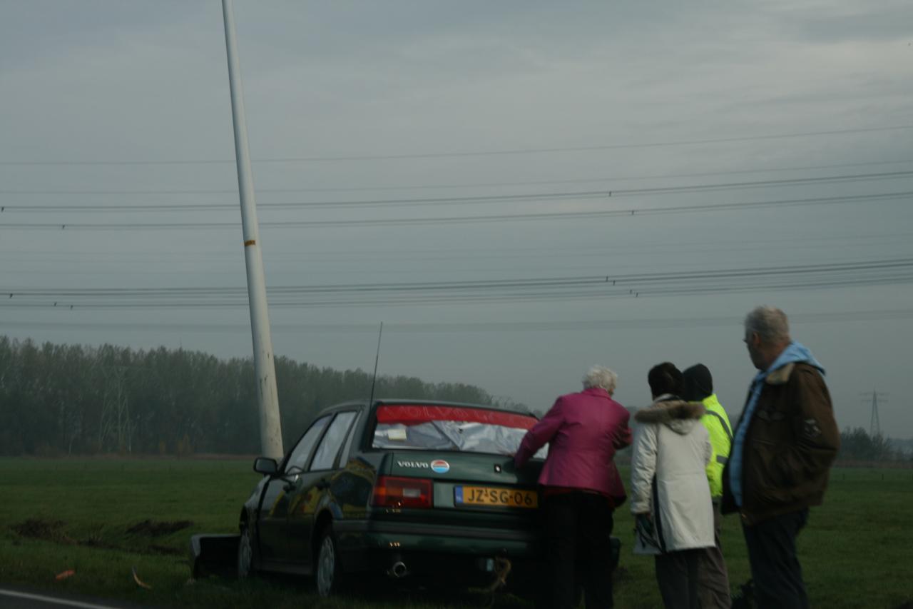 Auto botst op lantaarnpaal Oudehaske