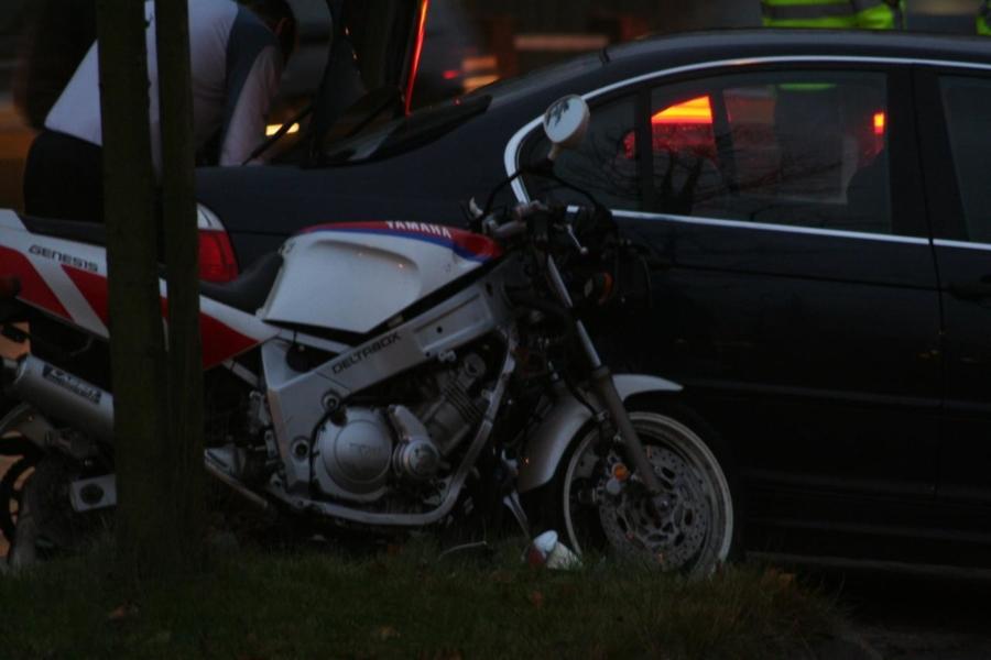 Motorrijder lichtgewond na aanrijding met auto