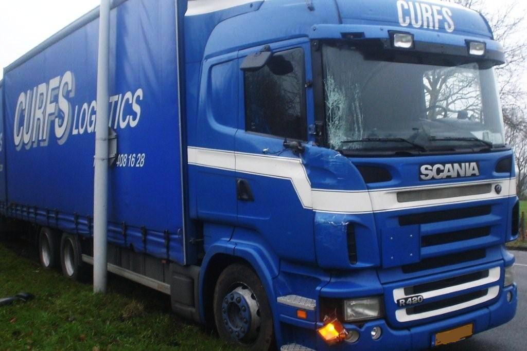 Aanrijding tussen auto en vrachtwagen