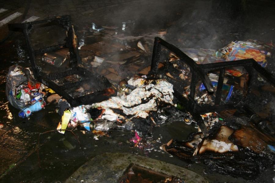 Stoelen en afval in brand