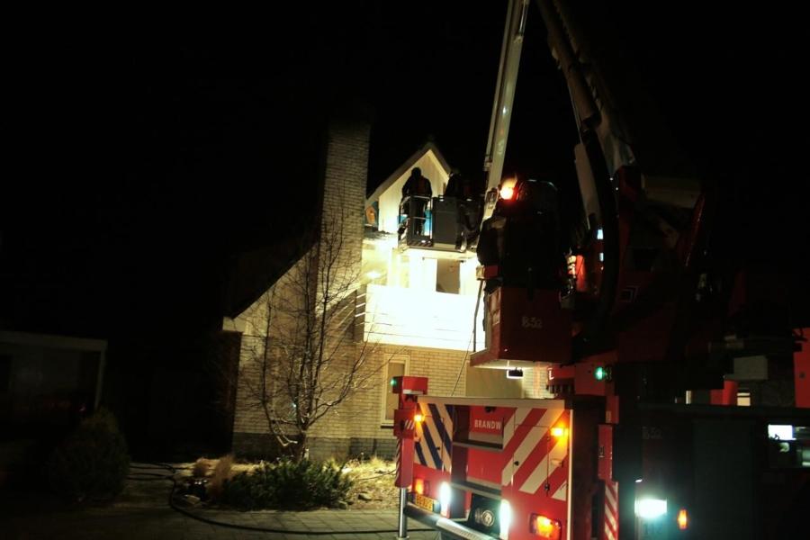 Hevige schoorsteenbrand slaat door naar woning