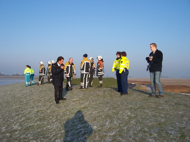 Man zakt door ijs op IJselmeer