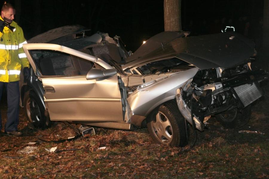 Auto tegen boom nabij Drogeham