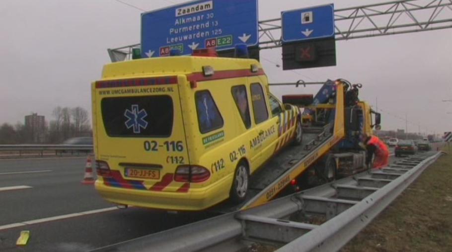 Rook uit motorcompartiment ambulance buitenpost