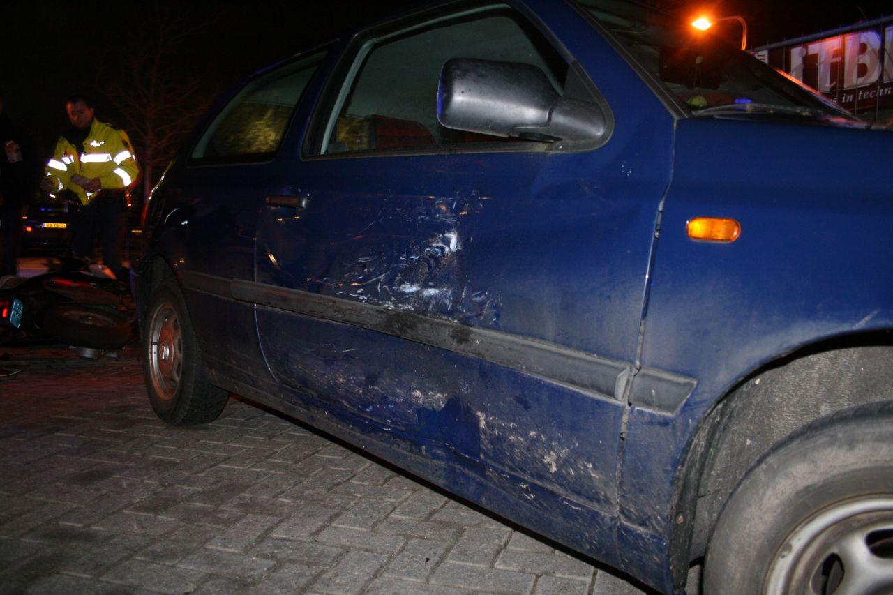 Snorscooter botst tegen zijkant auto