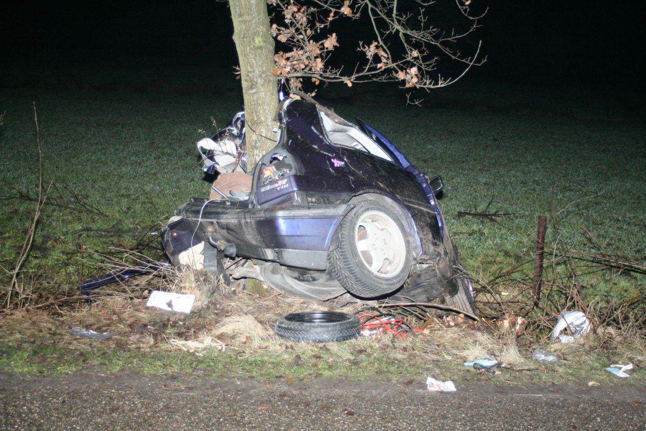 Vier gewonden bij auto tegen boom